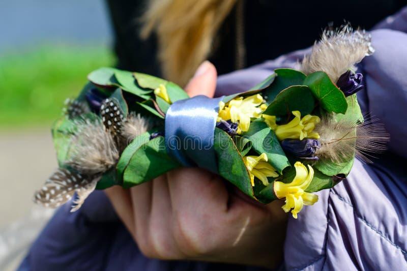 Idérikt band en fjäril i händerna av brudgummen, garnering för att gifta sig royaltyfri fotografi