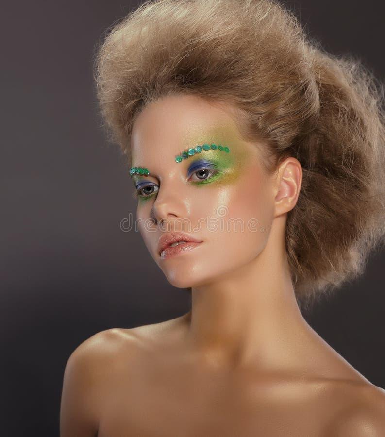 idérikt barn för makeupståendekvinna royaltyfri bild