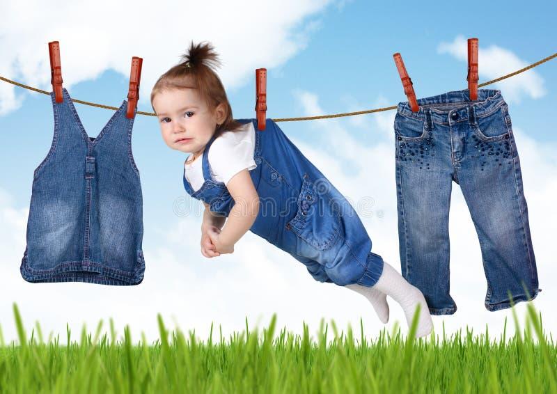 Idérikt begrepp för förvirrat hushållsarbete, roligt barn som hänger på koagulering royaltyfri fotografi