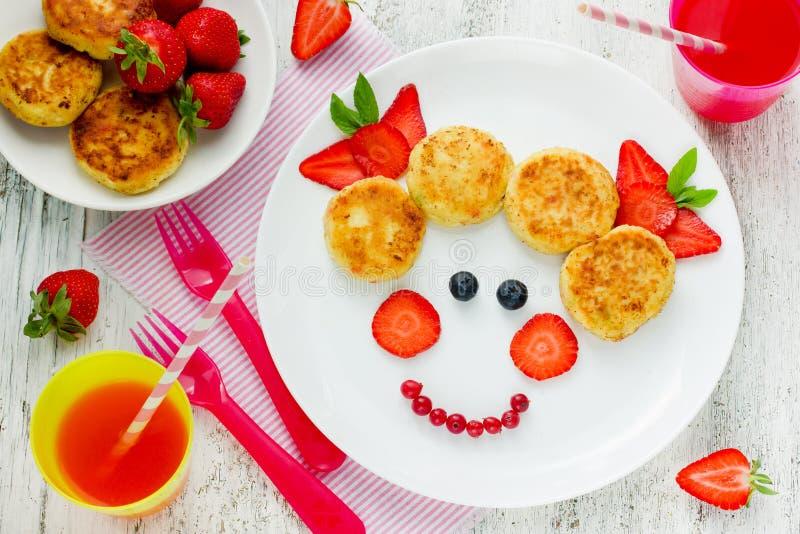 Idérikt behandla som ett barn frukostostkakor med jordgubben royaltyfria foton