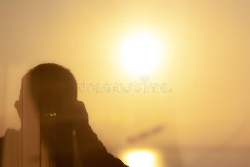 Idérikt foto i fönstren på solnedgången arkivfoto
