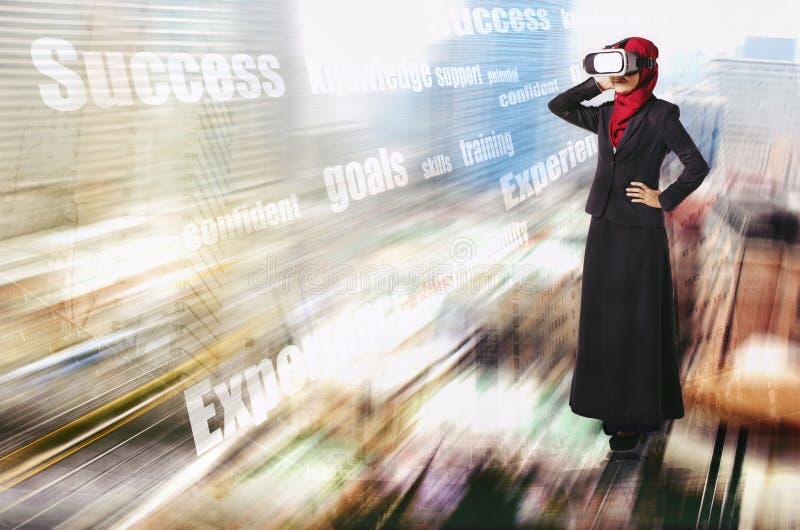 Idérikt idébegrepp, lyckade unga muslimahaffärskvinnor som bär virtuell verklighethörlurar med mikrofon över abstrakt bac för dub royaltyfria foton