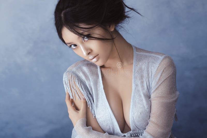 Idérikt konstsmink och frisyr asiatisk härlig flickastående royaltyfri foto