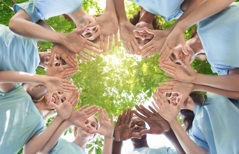 Idérikt lag som tillsammans sätter deras händer i cirkel royaltyfri fotografi