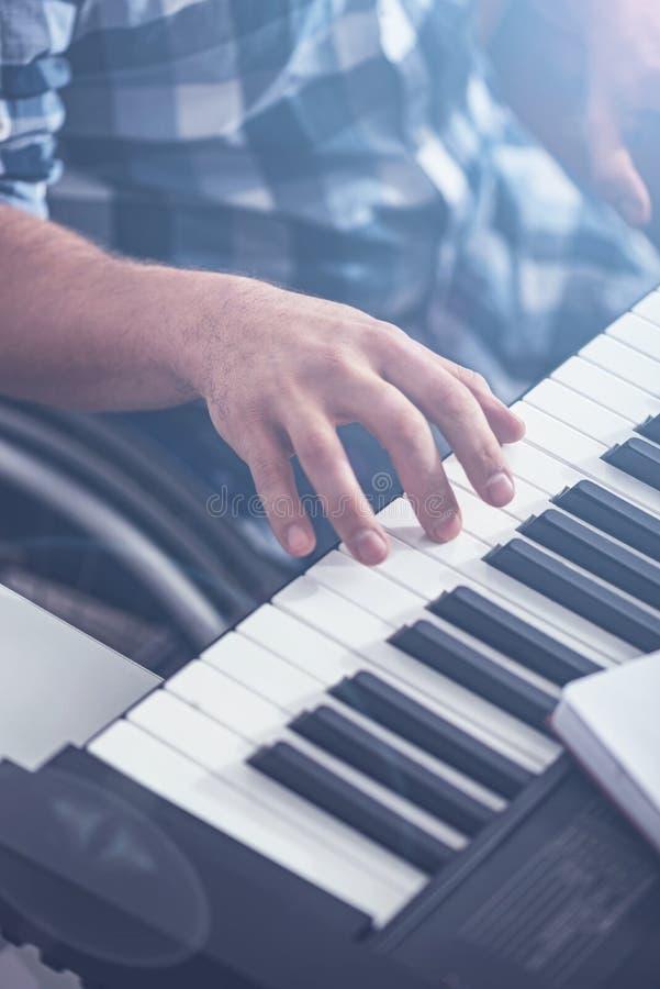 Idérikt ogiltigt tyckande om spela piano i studion arkivbilder