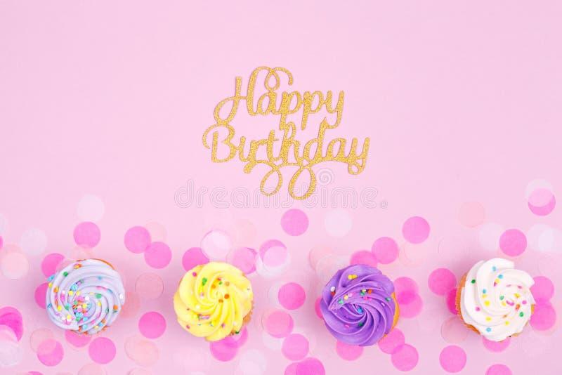 Idérikt pastellfärgat fantasiferiekort med muffin och lycklig birt royaltyfria foton