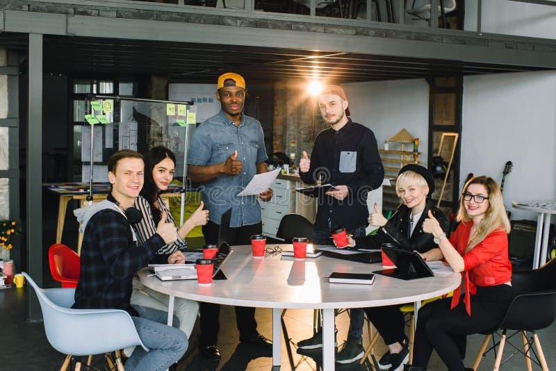 Idérikt sex ungt multirationalaffärsfolk och arkitekter som i regeringsställning arbetar royaltyfri bild