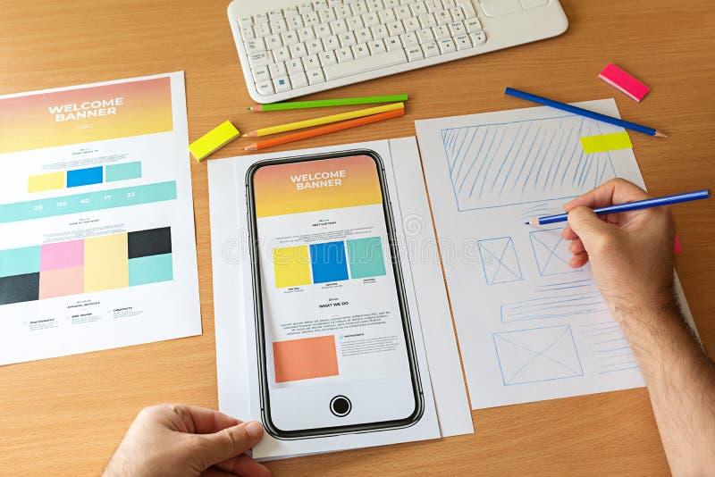 Idérikt skissa att planera wireframe för prototypen för applikationprocessutveckling för rengöringsdukmobiltelefon royaltyfria foton