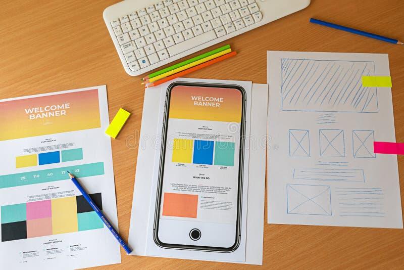 Idérikt skissa att planera wireframe för prototypen för applikationprocessutveckling för rengöringsdukmobiltelefon arkivfoto