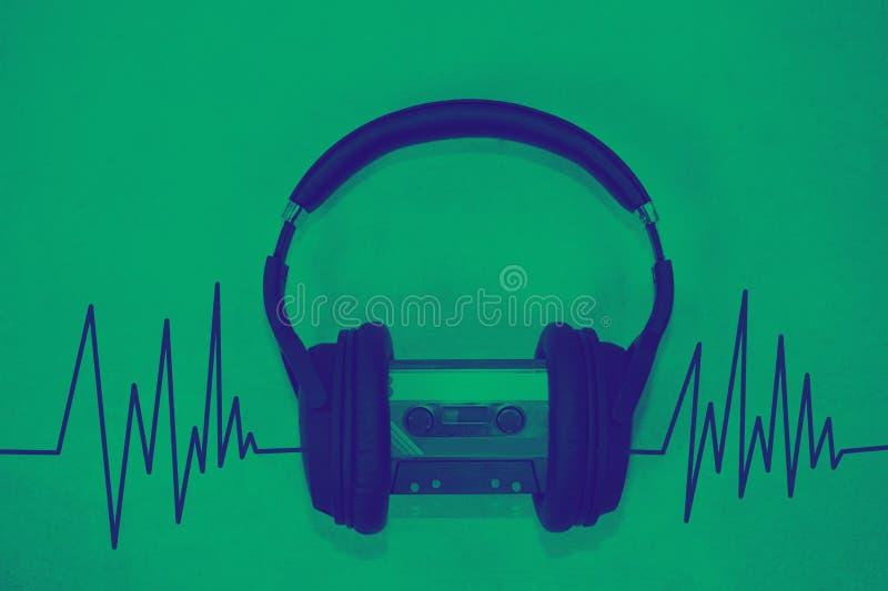 Idérikt skissa av hörlurar med musikbegrepp för solid våg royaltyfri bild