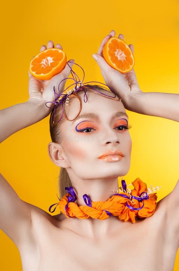 Idérikt smink och frisyr Stående av ung flicka royaltyfri fotografi