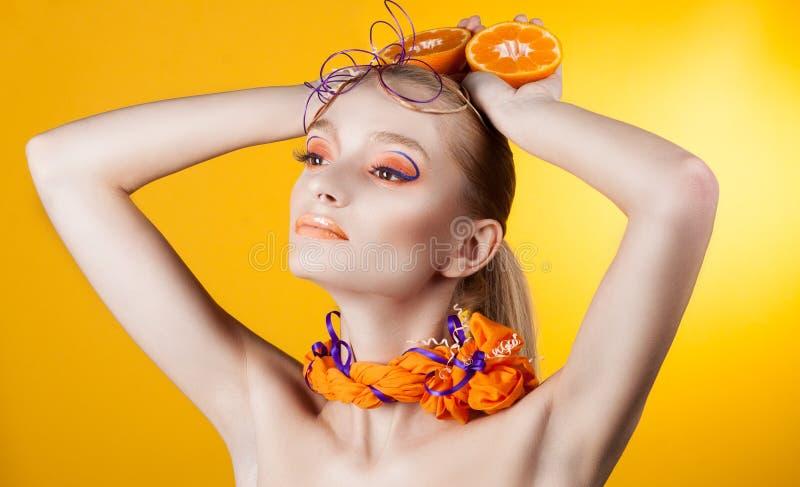Idérikt smink och frisyr Stående av ung flicka arkivfoton