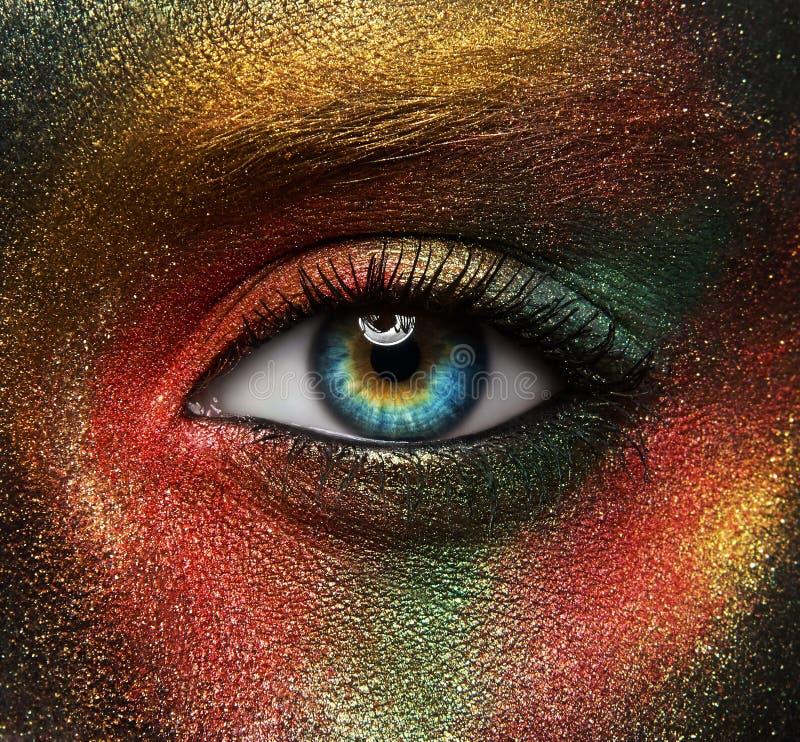 Idérikt sminktema för makro och för närbild: härligt kvinnligt öga arkivbilder