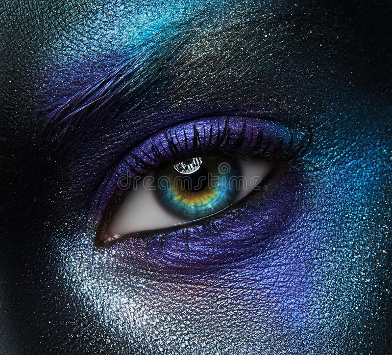 Idérikt sminktema för makro och för närbild: härligt kvinnligt öga fotografering för bildbyråer
