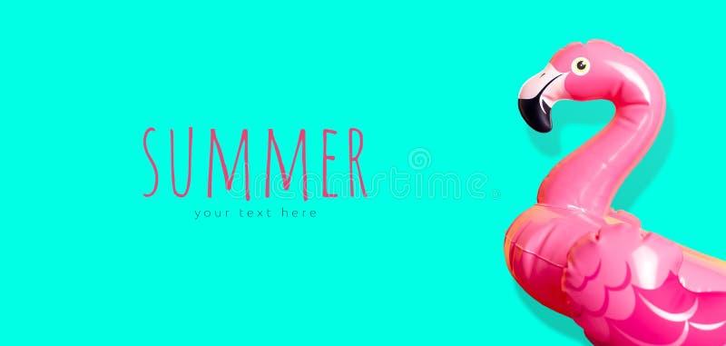 Idérikt sommarstrandbegrepp Uppblåsbar rosa mini- flamingo på blå smaragdbakgrund, pölflöteparti Lekmanna- l?genhet, kopieringsut arkivfoton