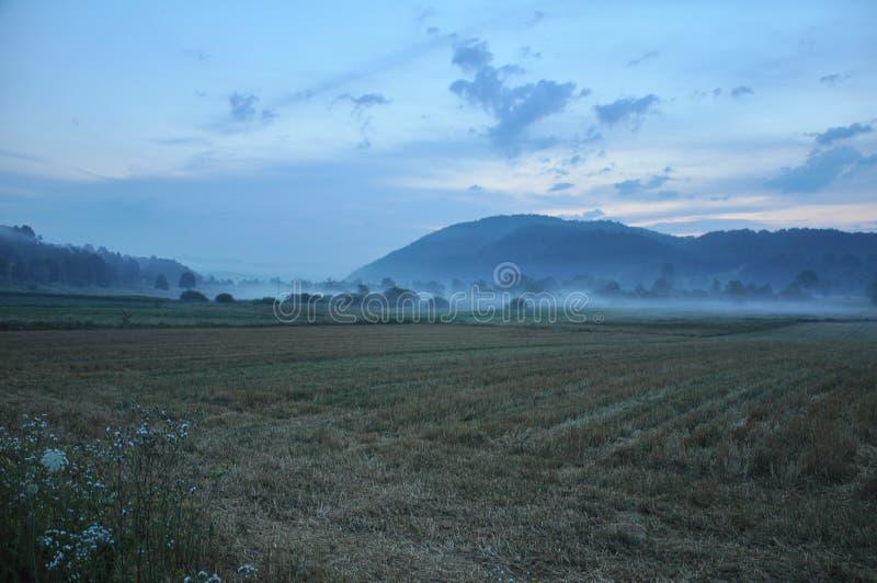Idílio da vila do nascer do sol, morrendo, paisagem, alvorecer de alvorecer no campo fotos de stock