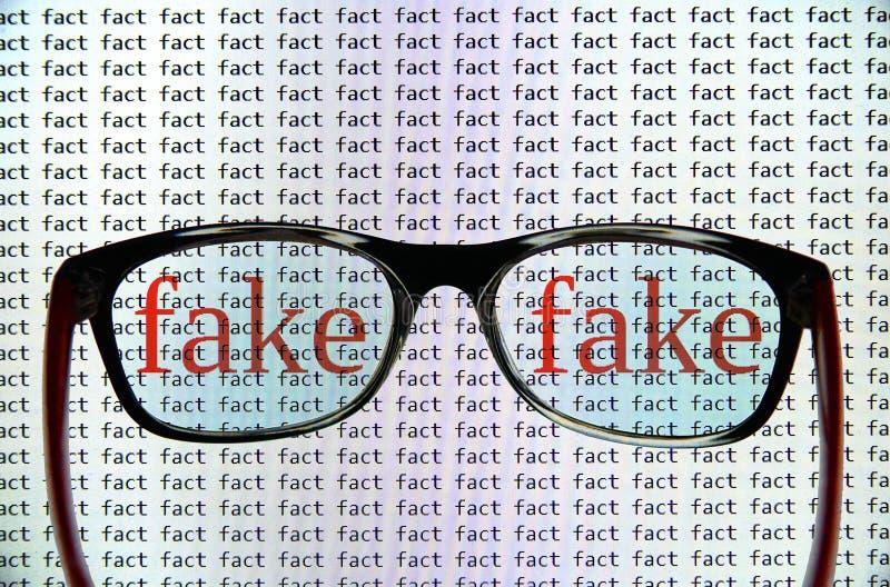 ID av fejkar nyheterna fotografering för bildbyråer