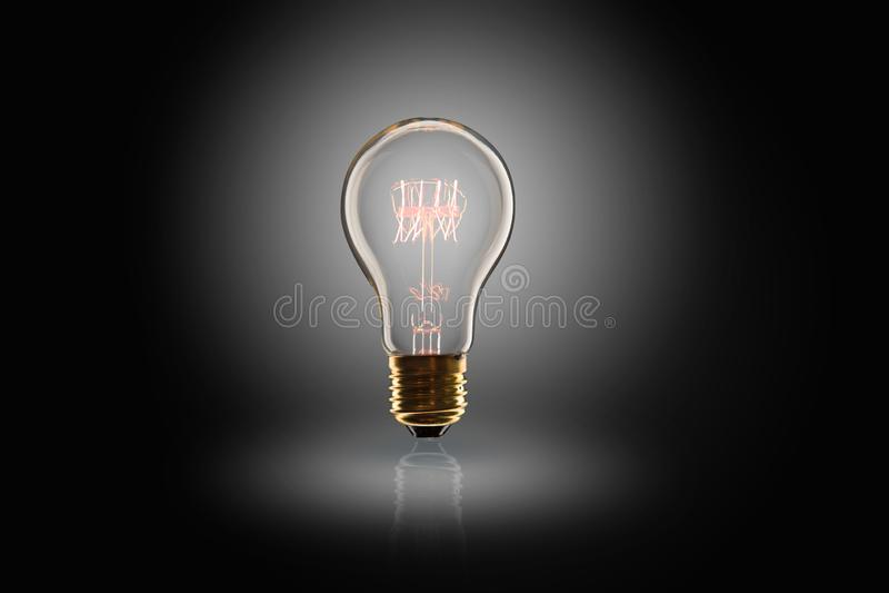 Id?begrepp - ljus kula p? den svarta bakgrunden arkivfoto