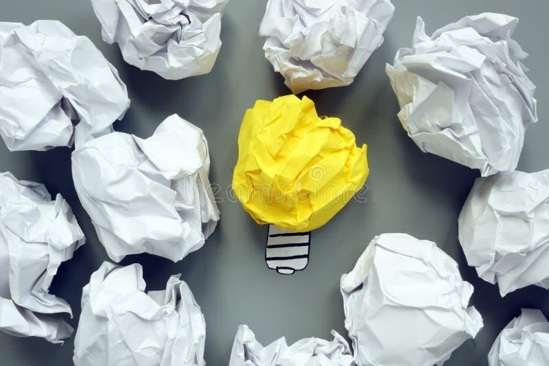 Id?e et concept de cr?ativit? Ampoule et boules de papier avec des plans images stock