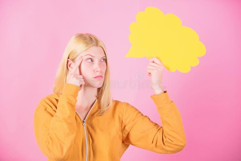 Id?e et concept de cr?ativit? Blonde mignonne de fille avec la bulle de la parole id?e originale Pens?e de femme adorable inspir? photos stock