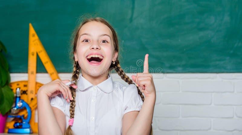 id?e originale petite étude de fille avec à l'école Éducation informelle et nonformal formelle ère numérique avec la technologie  photo stock