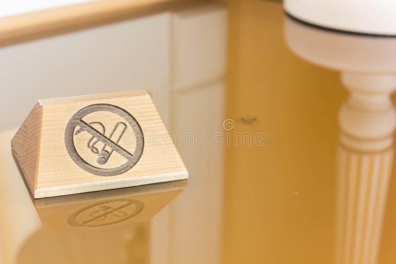 ID-Märke med inget - röka underteckna över tabellen royaltyfria bilder