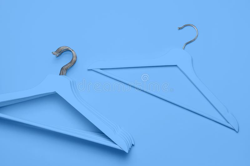 Id?rikt modebegrepp Den plana lekmanna- bästa sikten färgade trähängare på blå pop-konst för bakgrundsminimalismstil Sale rabatt royaltyfri fotografi
