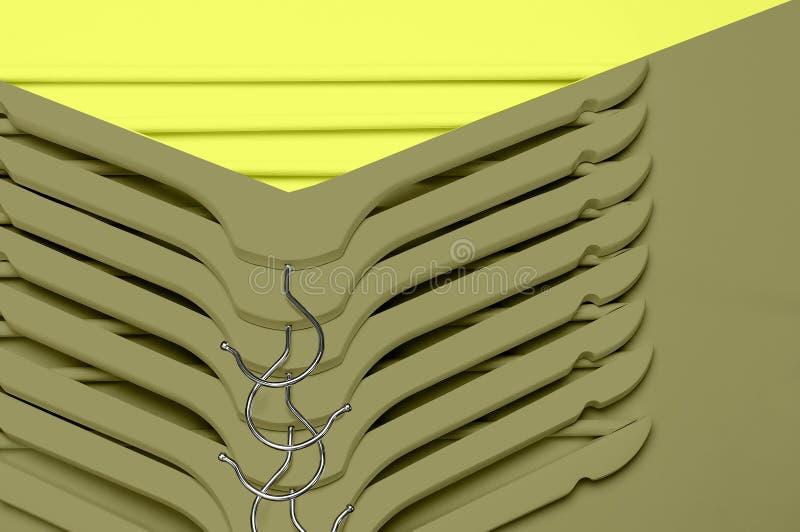 Id?rikt modebegrepp Den plana lekmanna- bästa sikten färgade trähängare på den kaki- citronen - gul pop-konst för bakgrundsminima arkivbilder