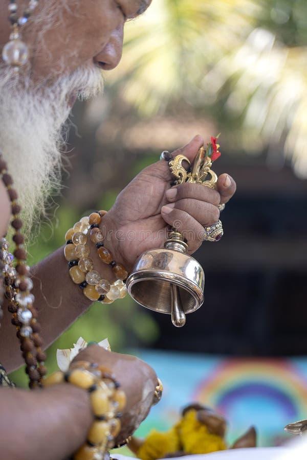 Ida Pedanda Gede Made Gunung een Hindoese hoge priester, gedragingen godsdienstig gebed tijdens bood crematieceremonie op central royalty-vrije stock fotografie