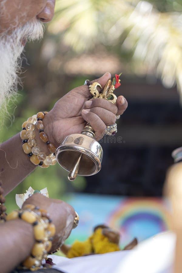 Ida Pedanda Gede Made Gunung een Hindoese hoge priester, gedragingen godsdienstig gebed tijdens bood crematieceremonie op central royalty-vrije stock afbeeldingen