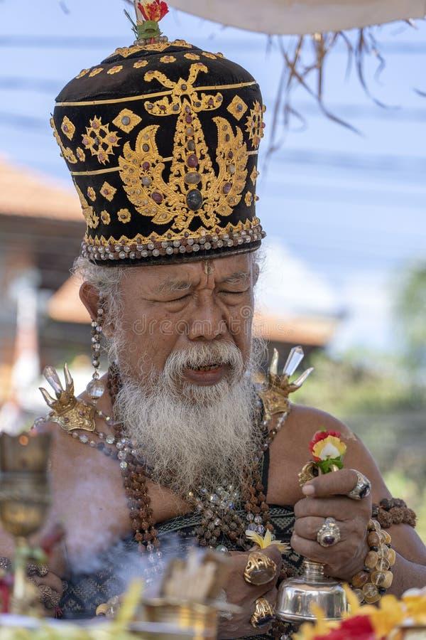 Ida Pedanda Gede Made Gunung een Hindoese hoge priester, gedragingen godsdienstig gebed tijdens bood crematieceremonie op central royalty-vrije stock foto's