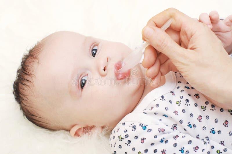 Idade bonita do bebê de 3,5 meses que bebem o suco imagens de stock
