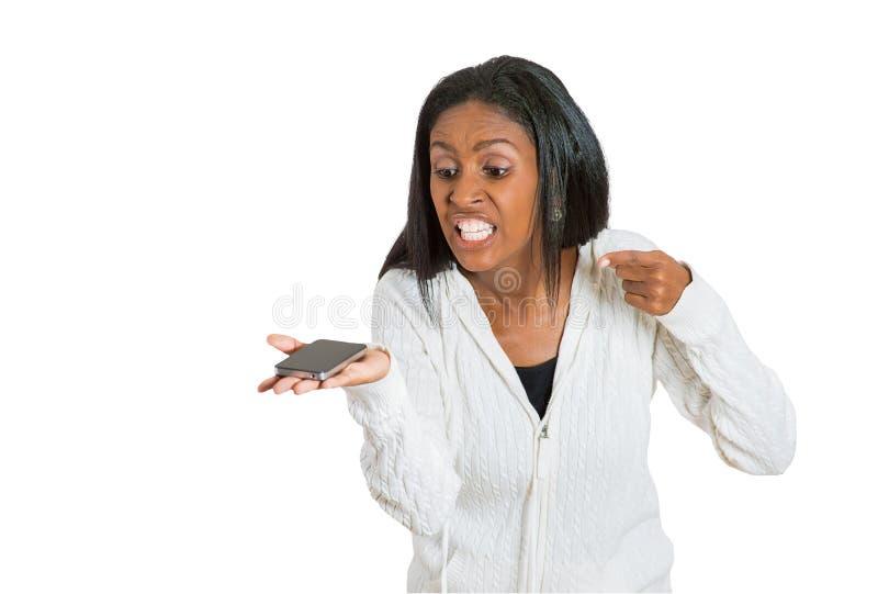 Idade Média, mulher irritada louca, frustrante que grita no telefone celular imagens de stock royalty free