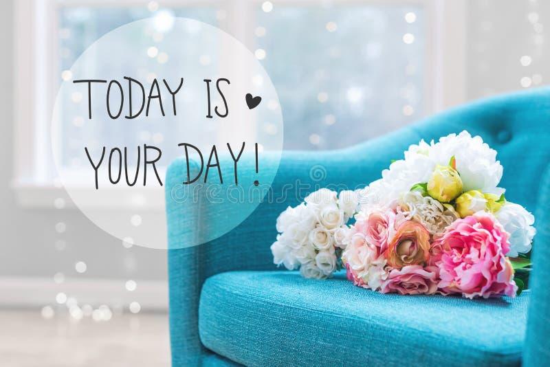 Idagen är ditt dagmeddelande med blommabuketter med stol royaltyfri bild