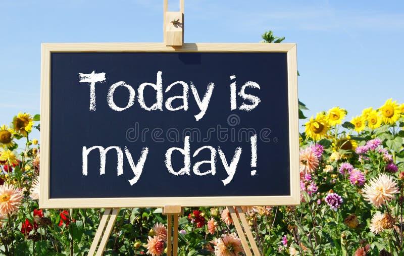 Idagen är min dag - den svart tavlan eller staffli i sommarträdgården royaltyfri fotografi