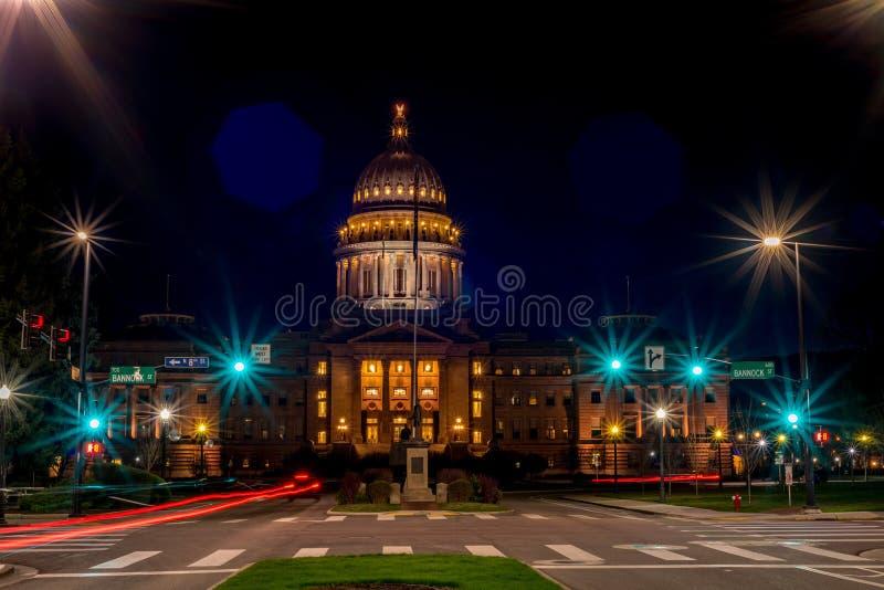 Idaho huvudstadbyggnad på natten med gataljus arkivbilder