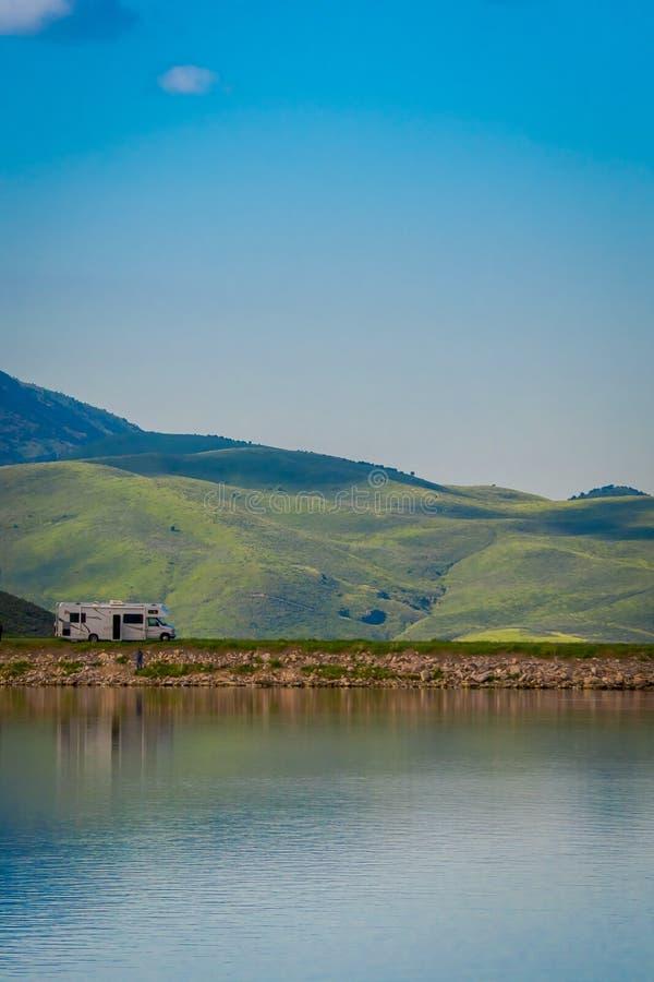 Idaho, los E.E.U.U., el 23 de mayo de 2018: Vista al aire libre de un remolque en la orilla del lago debajo de un cielo azul prof imagen de archivo libre de regalías