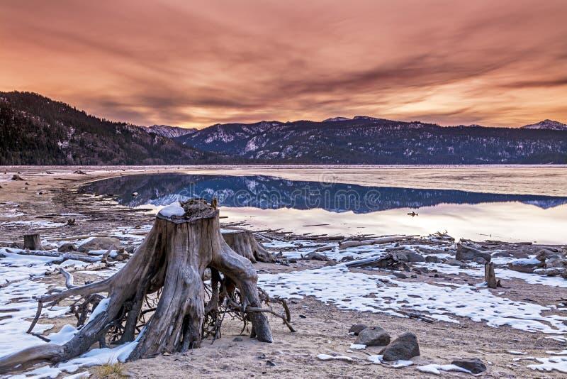 Idaho-Sonnenaufgang über einem See im Winter lizenzfreie stockfotografie