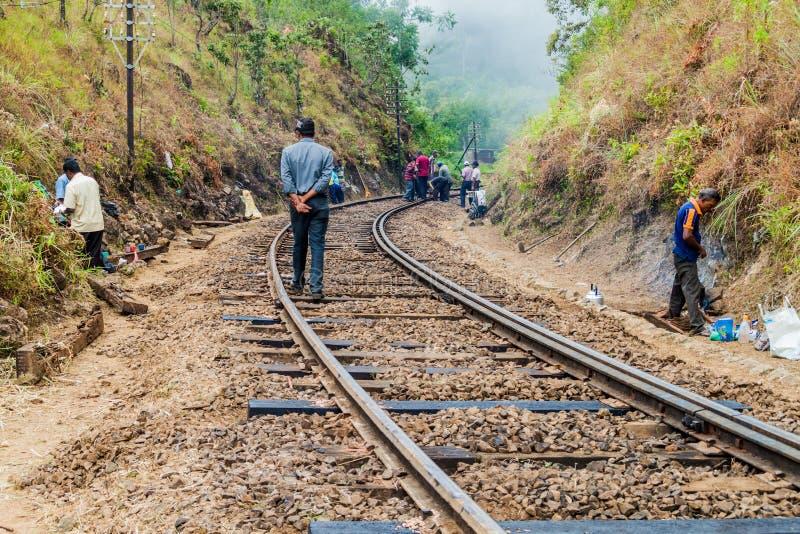 IDALGASHINNA, SRI LANKA - JULI 16, 2015: De arbeiders handhaven een spoorwegspoor tussen Idalgashinna en Haputal royalty-vrije stock afbeeldingen
