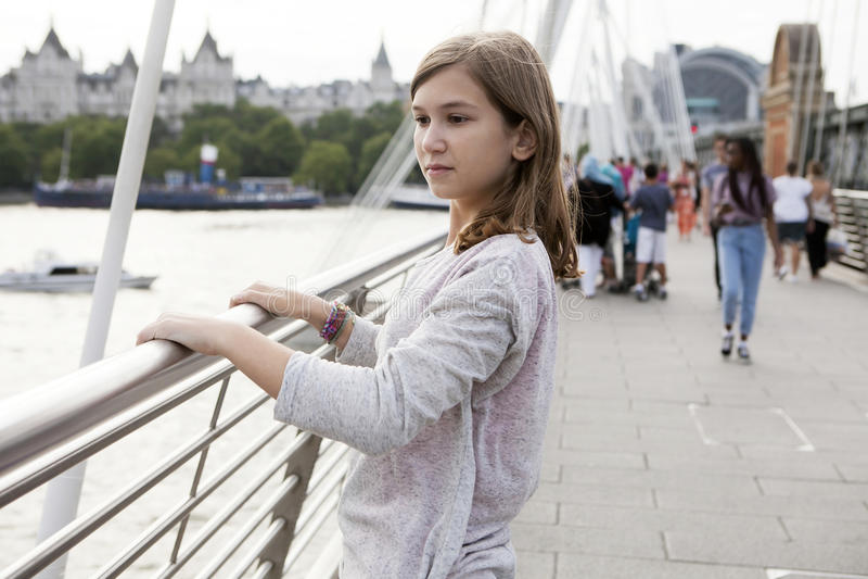 Ide一个沉思少年女孩的视图画象 免版税图库摄影