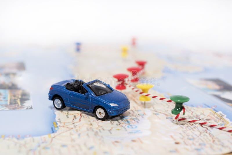 Idea abstracta del alquiler un coche Pequeño coche en correspondencia foto de archivo