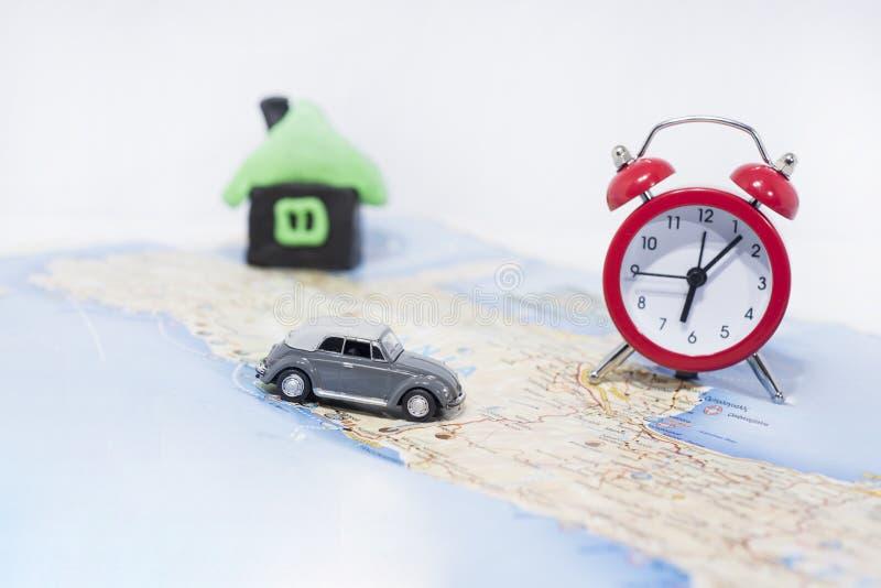 Idea abstracta del alquiler un coche Pequeño coche en correspondencia Foto abstracta del viaje imagen de archivo