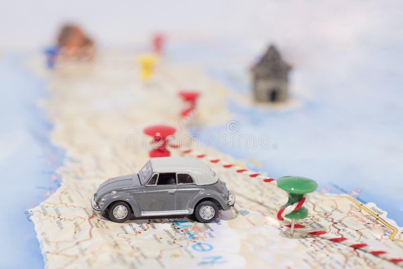 Idea abstracta del alquiler un coche Pequeño coche en correspondencia Foto abstracta del viaje fotografía de archivo