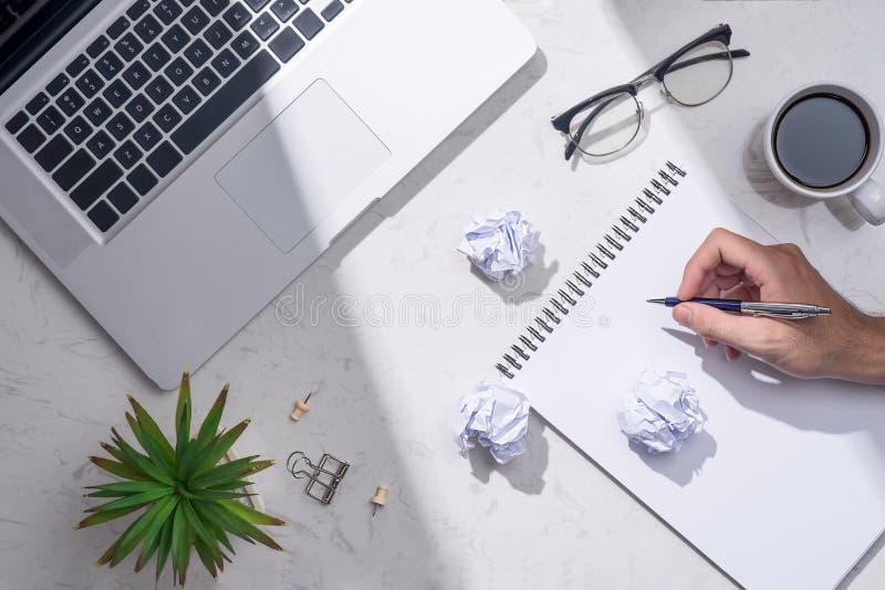 Idea aspettante della carta in bianco con la mano e la penna fotografie stock