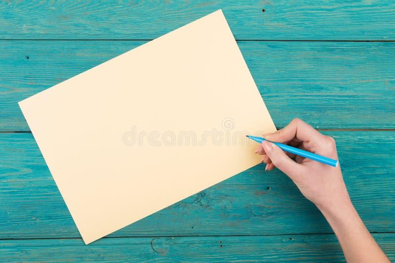 Idea aspettante della carta in bianco con la mano e la penna immagine stock