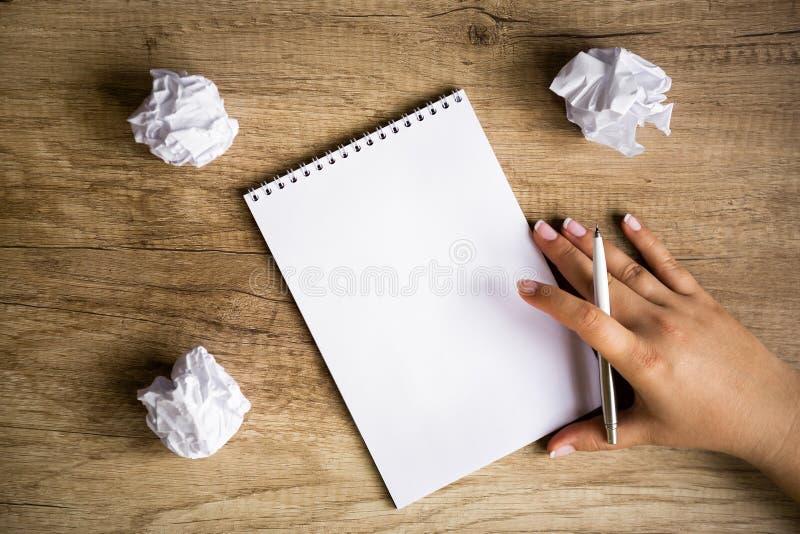 Idea attendente del documento in bianco immagine stock