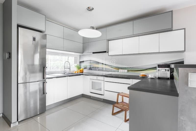 Idea bien equipada ligera de la cocina fotografía de archivo