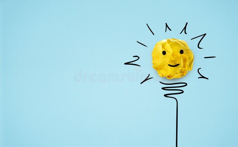 Idea con la bombilla de papel amarilla de la bola Concepto creativo foto de archivo libre de regalías
