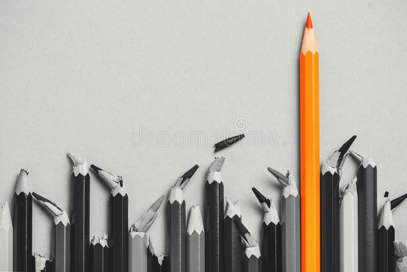 Idea creativa, concepto de la dirección, competencia en negocio, líder entre la gente con base quebrada, perdedores; lápices, pen fotos de archivo libres de regalías