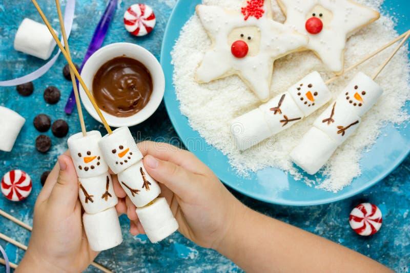 Idea creativa de tratar a los niños para la fiesta de Navidad - pantano hecho en casa imagen de archivo